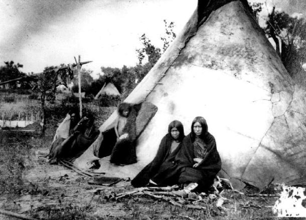 """Poblado Arapaho - 1870 - Fuente Fotográfica tomada del """"National Archives and Records Administration"""", ARC Identifier 518985, NaraID 75-BAE-208e. Escaneado por la Universidad de Nebraska."""