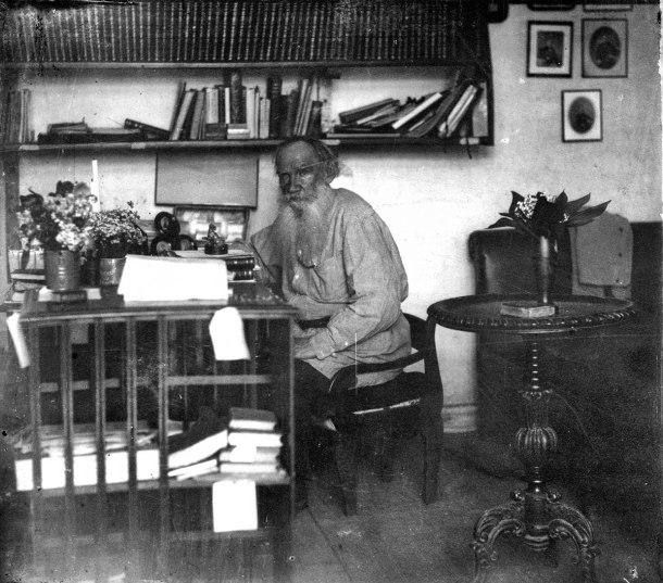 Tolstoi en su estudio. Mayo 1908. Fotografía: Prokudin Gorskii y Sergei-Mikhailovich . El copyright ha caducado.