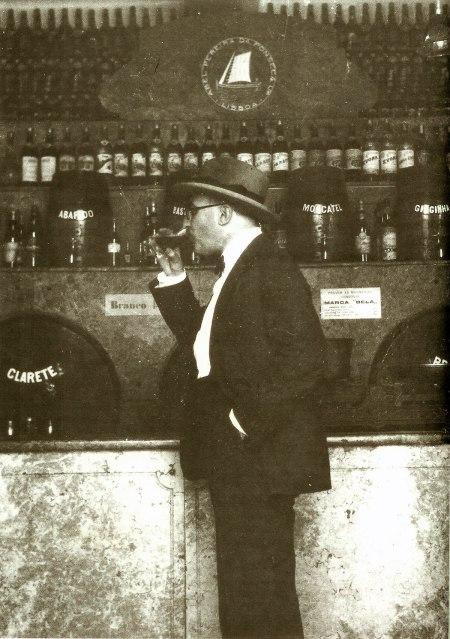 Fotografía enviada por Fernando Pessoa a Ophelia Queiroz en 1928. El Copyright ha expirado.