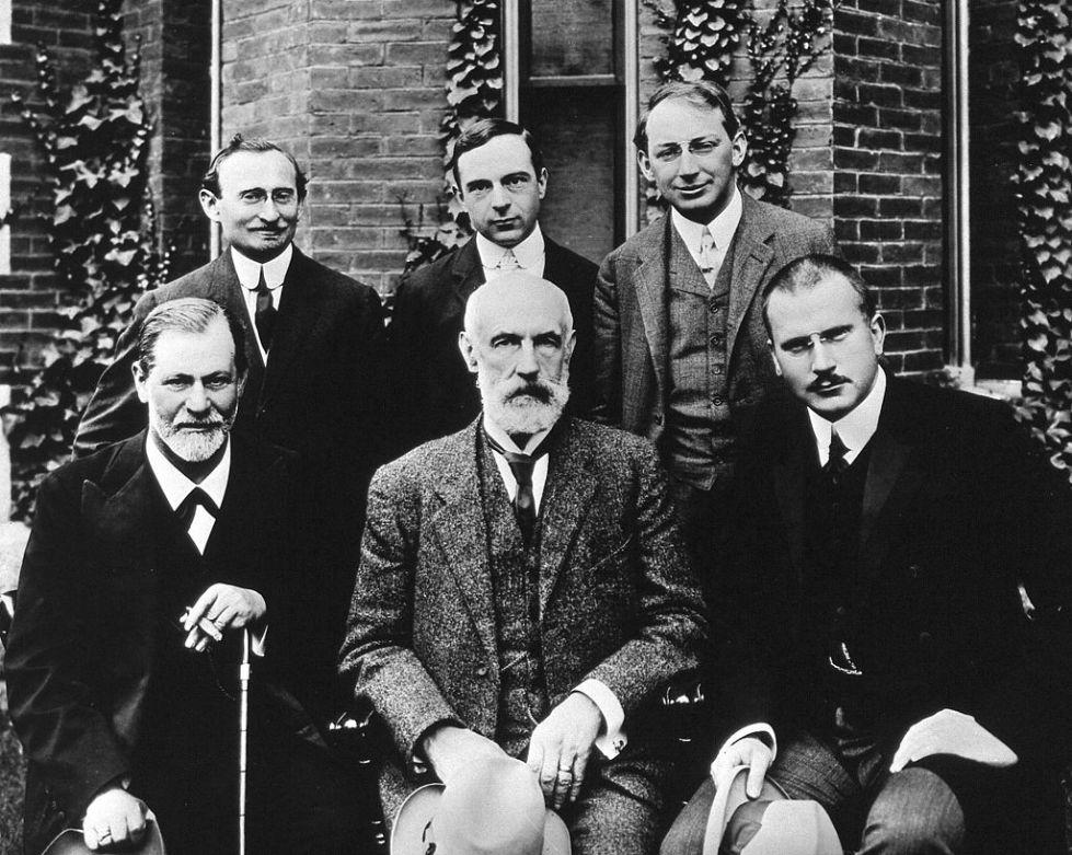 Fotografía, realizada en 1909, con Sigmund Freud (abajo a la izquierda), Carl Jung (abajo a la derecha), William James, AA Brill, Stanley Hall, Bronislaw Malinowski y Ernest Jones.