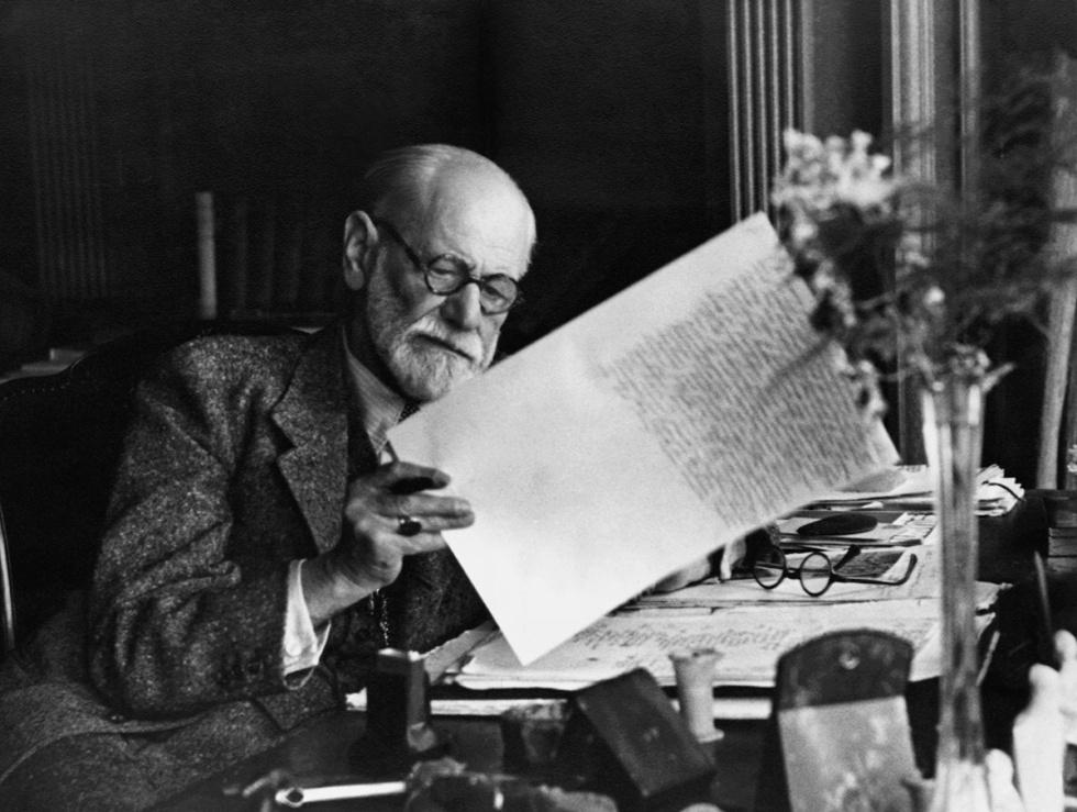 Sigmund Freud, 1856-1939, en su oficina de Viena en los años 30.