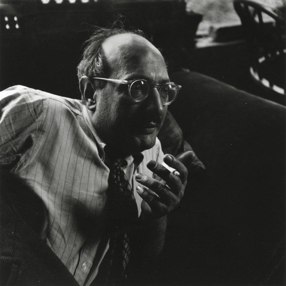 Mark Rothko. Fotografía por Consuelo Kanaga (1949) hecha en gelatina de plata. Museo de Brooklyn.