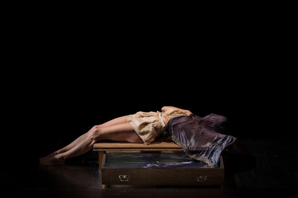 """Beatriz Argüello interpretando a Isadora Duncan en la obra """"Estaciones de Isadora"""""""